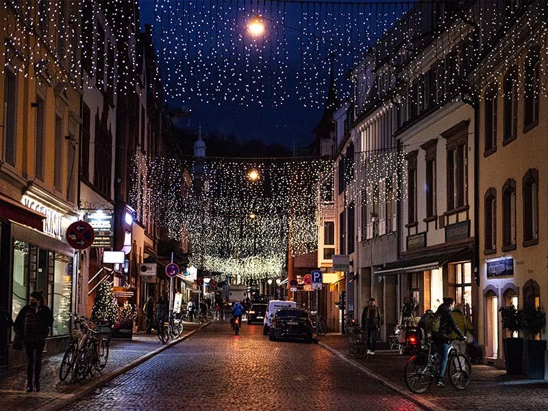 Beleuchtung an Weihnachten mit Arbeitsbühnen
