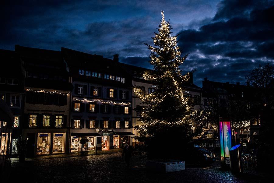 Weihnachtsbaum mit Arbeitsbühnen schmücken