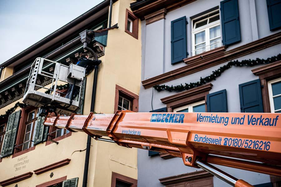 Weihnachtsbeleuchtung mit Arbeitsbühnen aufhängen